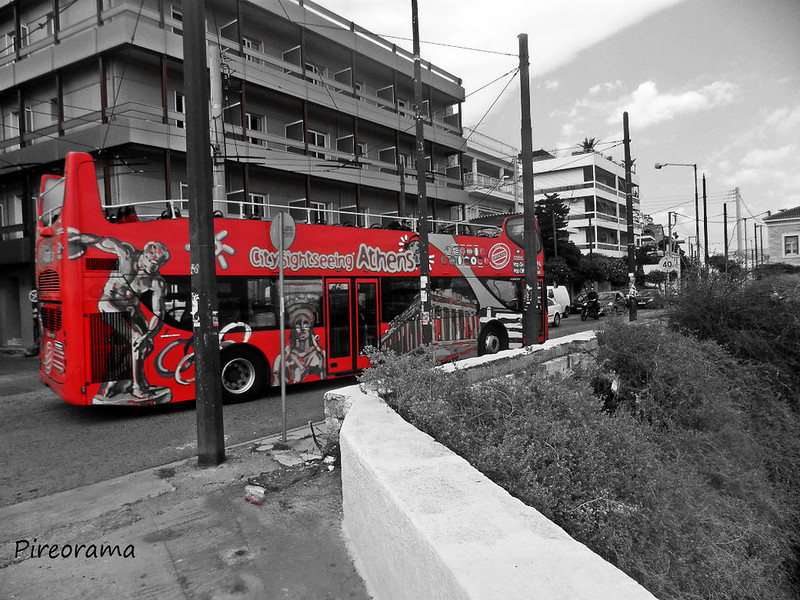 Το τουριστικό λεωφορείο ακριβώς πάνω στην στροφή του Δον κιχώτη