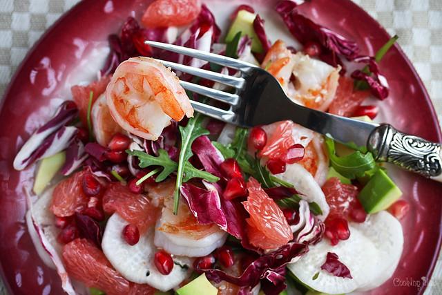Салат с гранатом, грейпфтуром и креветками
