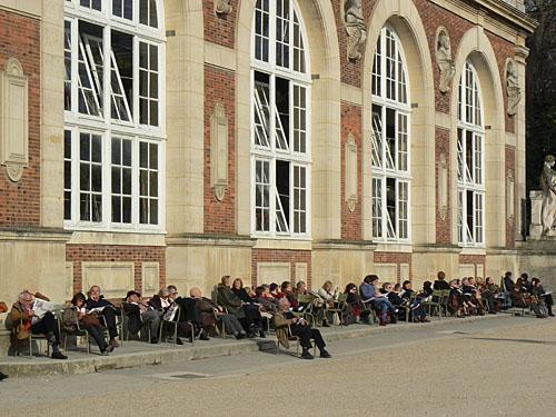 sieste devant les serres du Luxembourg.jpg