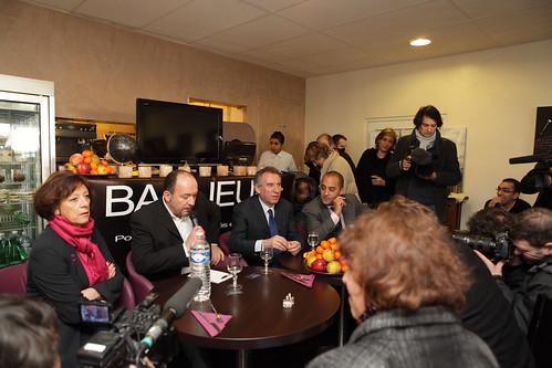 François Bayrou lors d'un déjeuner-rencontre avec des associations de quartiers travaillants à offrir de meilleures perspectives d'avenir pour les jeunes et qui oeuvrent pour donner une autre image de la banlieue dans un restaurant de Gennevilliers
