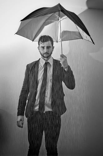 [フリー画像素材] 人物, 男性, 傘, 雨, モノクロ ID:201202281600