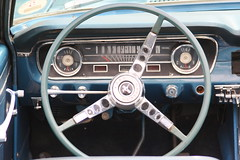 Tableau de bord d'une Ford Mustang - Photo of Le Mesnil-Bacley