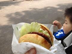 今日は休暇を頂いています。公園でハンバーガー。(2012/5/7)