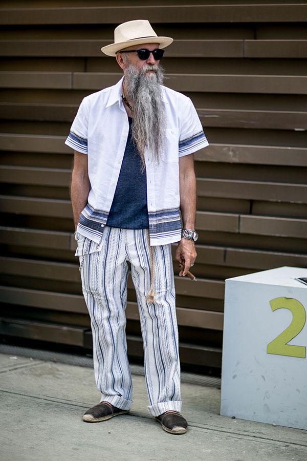 パナマ帽×白半袖シャツ×紺Tシャツ×ストライプワークパンツ×ダークブラウンエスパドリーユ