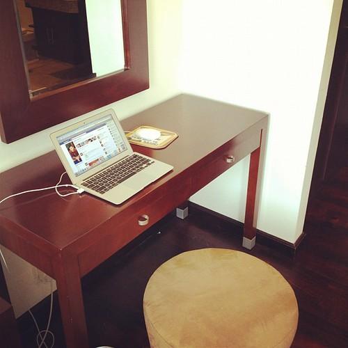 Ini dia ofis sementara Budiey kat Jakarta ni. Simple jer