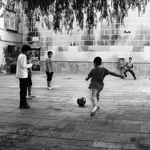 [ No puedo evitar hacer unos chutes a portería ] _ [ Street Life. Photography ] by Otazu