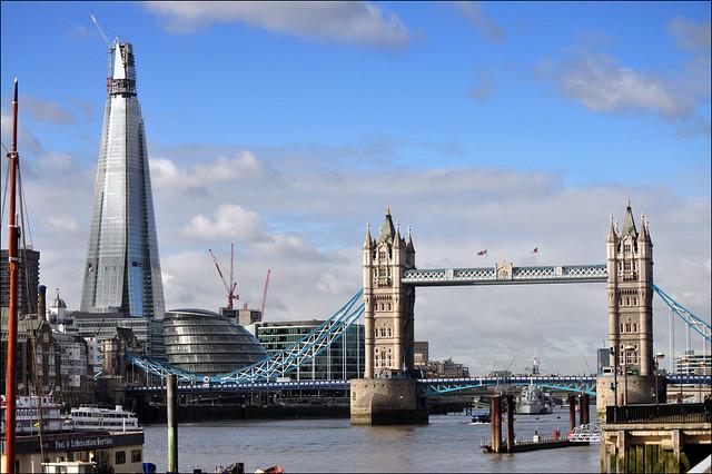 Panorámica del Puente de la Torre sobre el río Támesis, Londres.