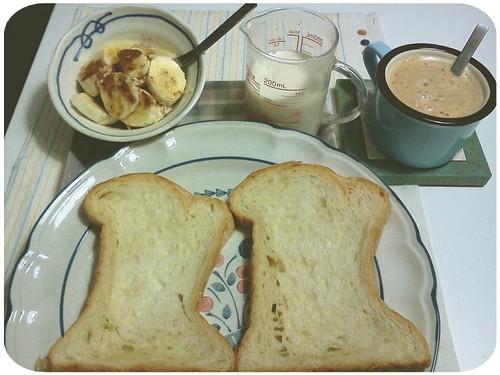 自己做的週末早午餐 ::: 丹麥吐司+熱咖啡+無糖豆漿+肉桂蜂蜜香蕉 by 南南風_e l a i n e
