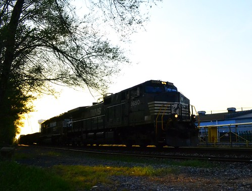 road railroad sunset shadow ohio sun plant electric yard train clyde factory general dusk ns norfolk engine rail east southern whirlpool oh locomotive division ge bellevue appliance 9650 c409w