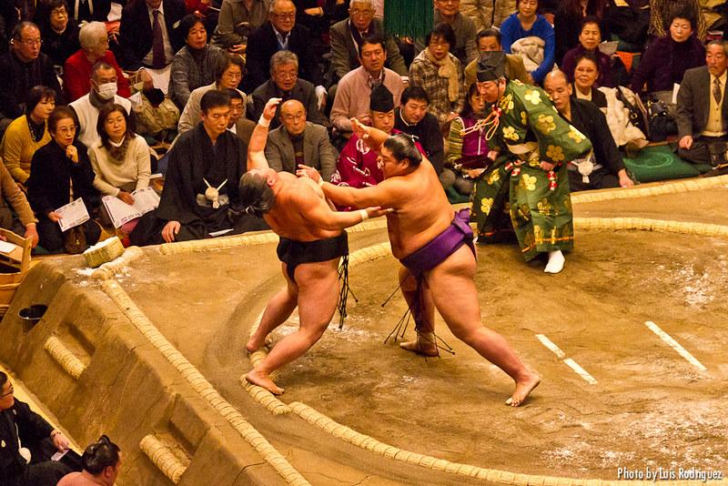 Torneo de sumo en el estadio Kokugikan de Tokio