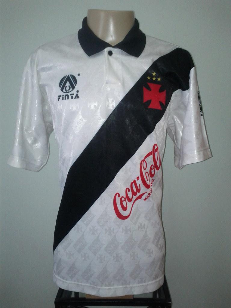 a5239605c01af Na camisa branca (em algumas poucas vezes na camisa preta) a logo da Coca- Cola ficou ligeiramente menor e com linhas mais suavizadas