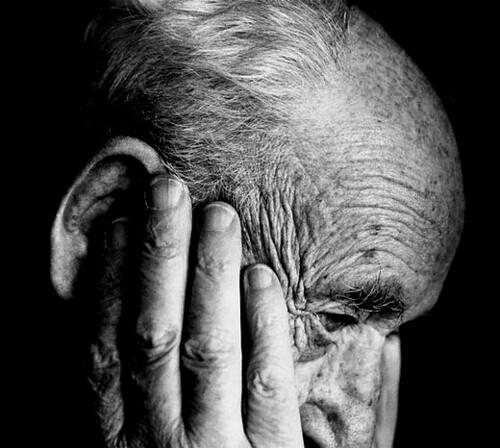 Anciano con alzheimer pensando