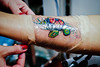 Tortuga huichola Ocluyendo el tatuaje.