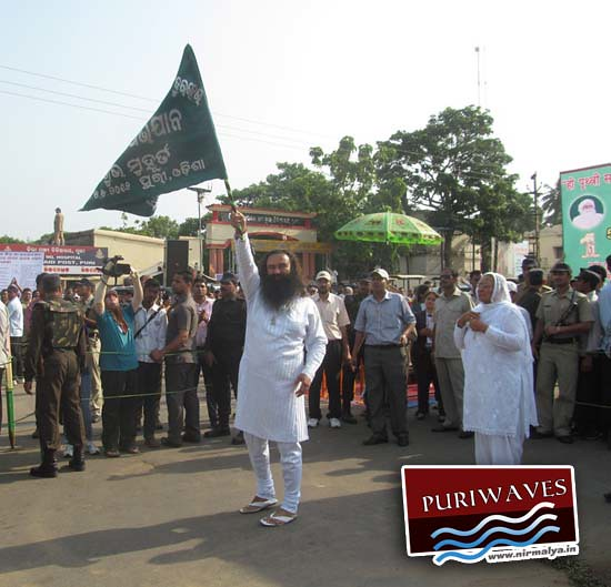 Dera Sacha Sauda Guruji unfurling the flag commence the cleanliness drive at Puri