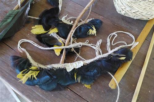 原住民利用鳥羽作成的裝飾品。