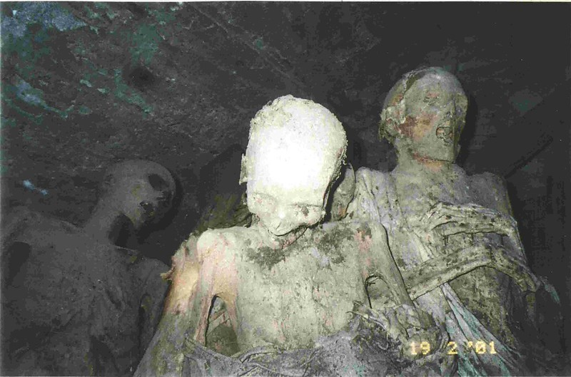 Momias de la Iglesia de San Andrés en Toledo fotografiadas en febrero de 2001. Cortesía de José Luis Orgaz Ricas