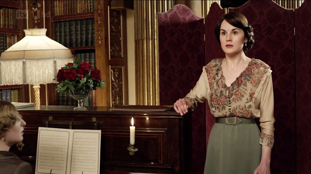 DowntonAbbeyS02E04_Mary_singing_olivegreenskirt+floralbouse