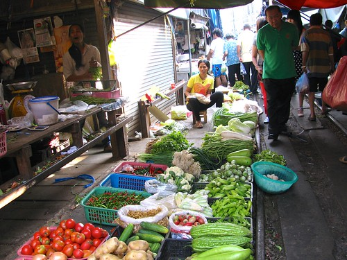 Verduras a un costado del riel