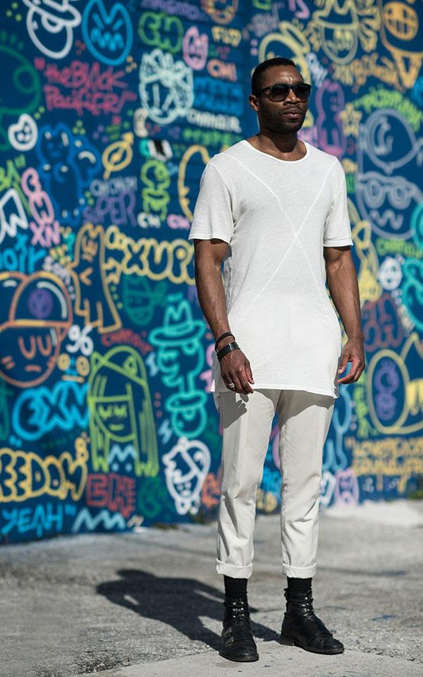 白ロング丈Tシャツ×白パンツ×黒ブーツ