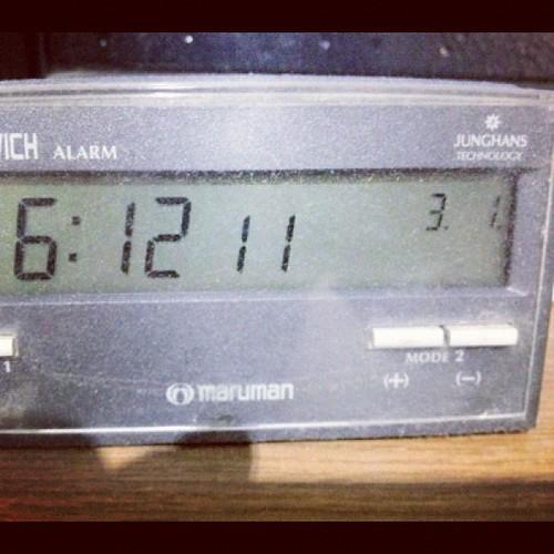 うるう年に非対応の電波時計。これから年末まで一日ズレっぱなし。( ;  ; )