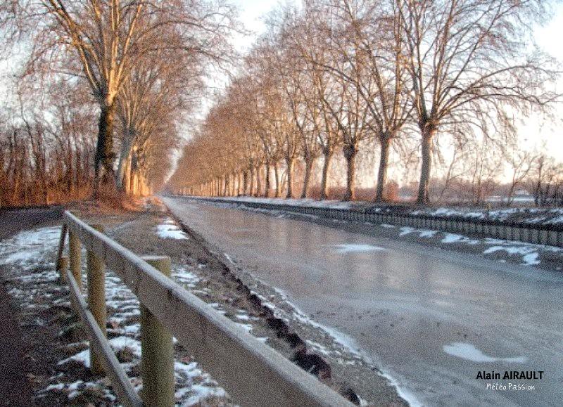 canal du Midi figé par le gel au matin glacial du 1er mars 2005 météopassion