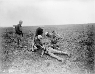 Soldiers treating a wounded German on the battlefield at Vimy Ridge, April 1917 / Soldats donnant les premiers soins à un Allemand blessé sur le champ de bataille de la crête de Vimy, avril 1917