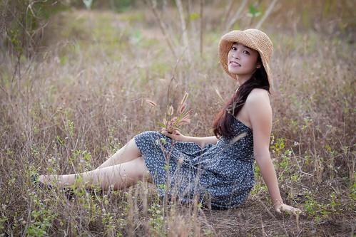 [免费图片素材] 人物, 女性 - 亚洲, 女性 - 坐, 人物 - 草原, 帽子, 越南人 ID:201202221400