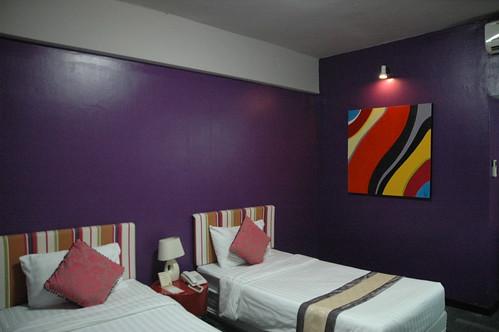 良い部屋だけどなんで壁が紫なんだ…