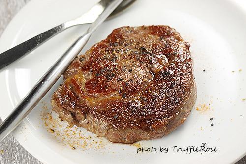 肋眼牛排餐。芝麻菜青醬、蒔蘿奶油和燜煮紅甘藍-120221