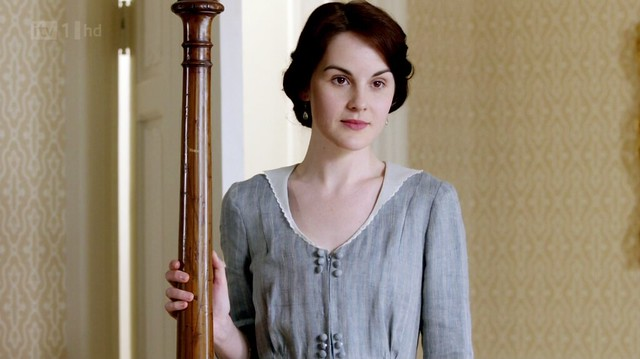 DowntonAbbeyS02E01_Marylightbluedots