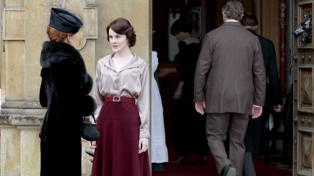 DowntonAbbeyS02_Mary_beigeblouseredskirt