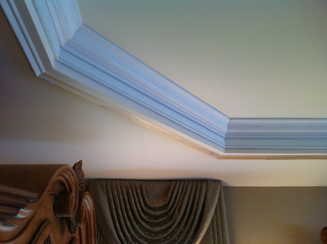 crown molding in a tray ceiling