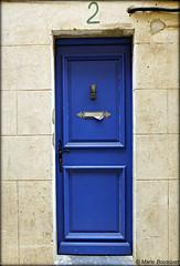 Petite porte bleue au numéro 2