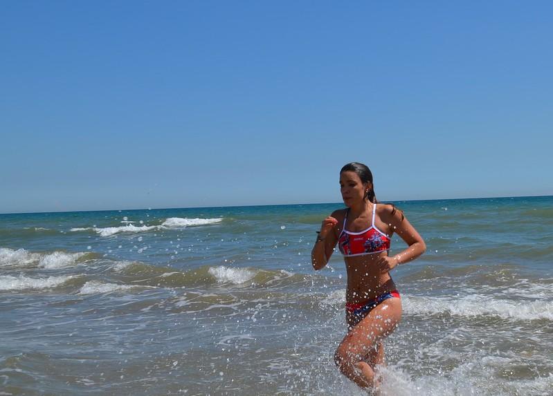 Belén saliendo del mar corriendo durante el WOD Cindy
