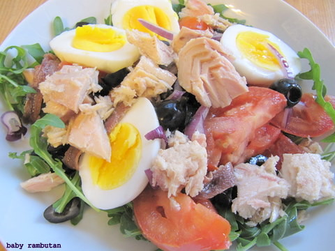 egg-tuna-arugula-tomato-olives salad