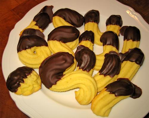 biscotti di frolla montata bagnati nel cioccolato fondente by fugzu