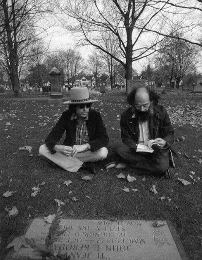 12c06 Dylan Ginsberg visitan la tumba de Kerouac 1