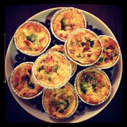 Minipajer med broccoli och ädelost