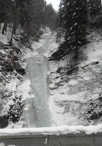 33 Le tobogan de glace dans un ruisseau