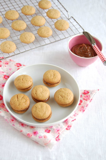 Peanut butter cookies with milk chocolate filling / Biscoitos de manteiga de amendoim com recheio de chocolate ao leite