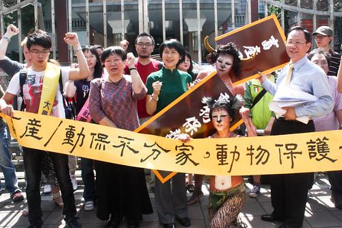 動保團體則以人體彩繪的行為藝術,扮演台灣牛、貓咪行動劇,吶喊保護動物,成立專責動保司,反對畜產管動保。(圖片來源:關懷生命協會)