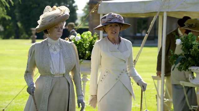 DowntonAbbeyS01E07_VioletMrsCrawley_gardenparty_cream