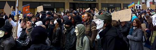 Rémi, rendu anonyme par une foule sans visages