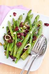 Insalata di asparagi e fagiolini con dressing ai mirtilli rossi e pistacchi