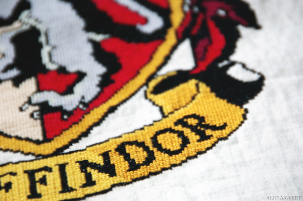 daring, nerve, and chivalry, harry potter, gryffindor, hogwarts, embroidery, cross-stitch, pattern by little_mojo, aliciasivert, alicia sivertsson, lion, embroidery, handicraft, handcraft, create, needle, yarn, sew, sewing, stitch, needlework, korsstygn, korsstygnsbroderi, broderi, handarbete, pyssel