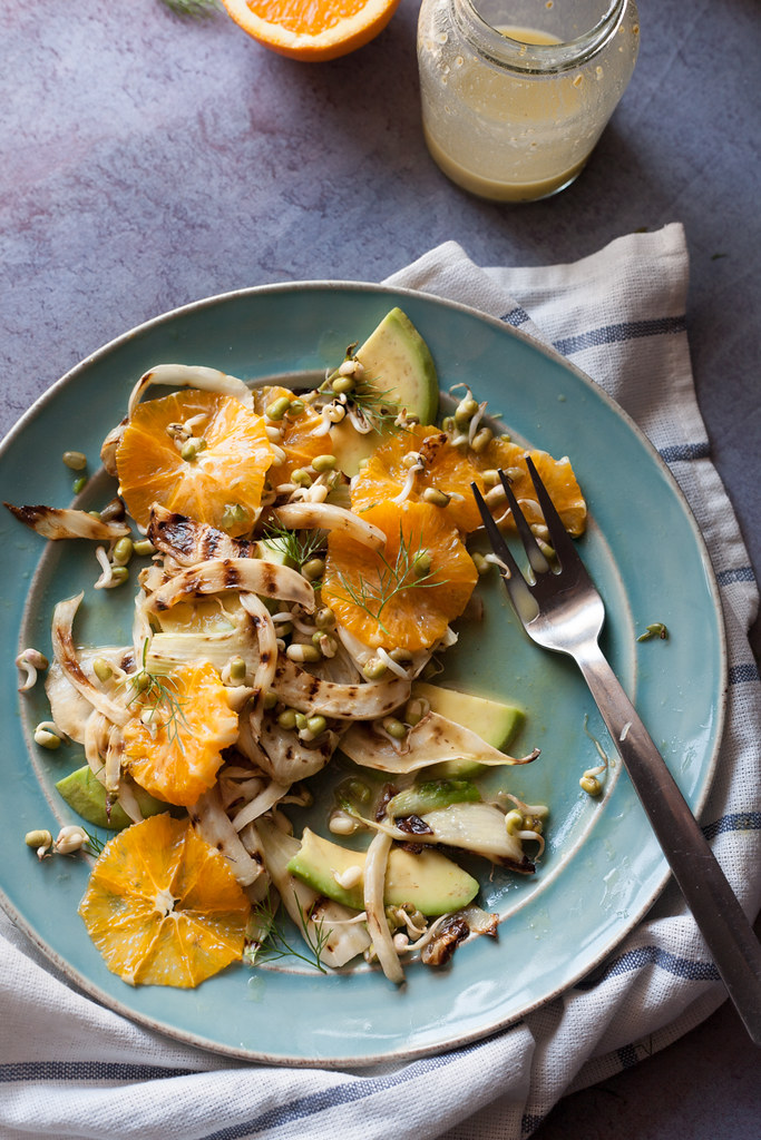 Salada de funcho grelhado e laranja com germinados e vinagrete de mel