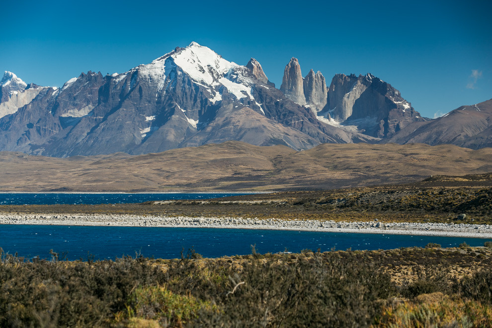 La laguna azul con las Torres del Paine en el fondo, adquiere su color característico por la presencia de microorganismos prehistóricos que le dan este color. (Tetsu Espósito).
