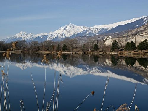 Haut de Cry et reflet dans le lac de la Brèche
