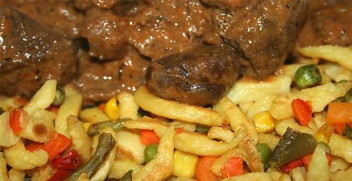 37 - Maronengulasch & Gemüsespätzle / Chestnut goulash & veg spaetzle - CloseUp