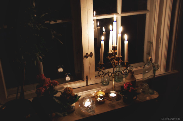aliciasivert alicia sivertsson earth hour dark night window windowsill candle candles fire burning candelabrum candelabra kandelaber ljusstake eld brinna brinnande ljus stearinljus fönster fönsterbräda natt kväll mörkt mörker blomma blommor flowers flower